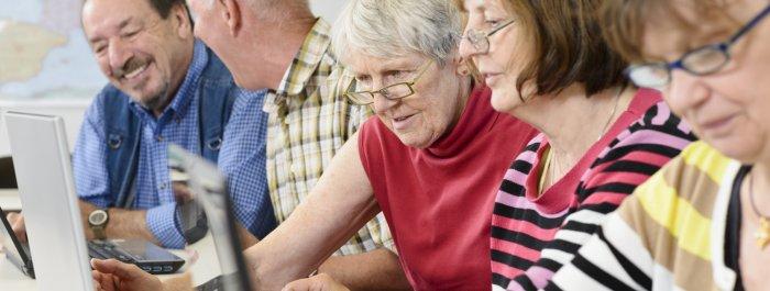 seniors devant un ordinateur