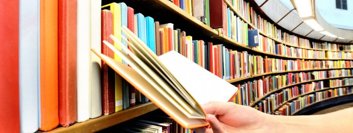livre dans une bibliothèque