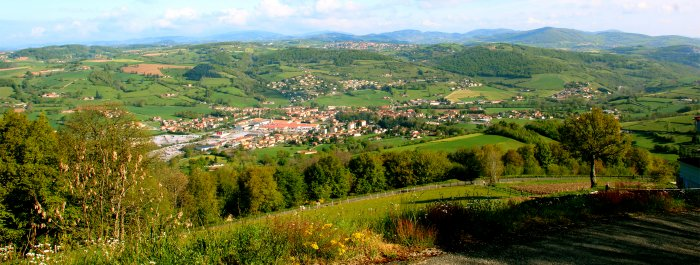Photo prise d'Aveize en direction du versant Chamousset en Lyonnais (on aperçoit Sainte Foy l'Argentière en fond de vallée, Souzy sur les côteaux, Saint Laurent de Chamousset sur le plateau et les monts au derniers plans